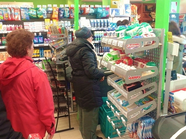 jubilados haciendo la compra