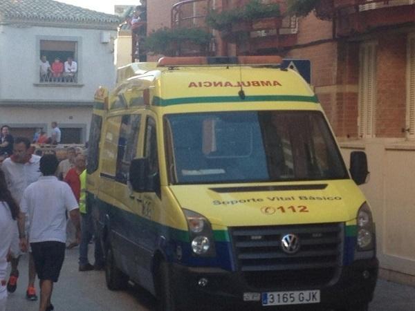 La ambulancia, esperando, mientras los sanitarios estabilizan al herido para su traslado (Foto: es.Radio Tudela 96.0)
