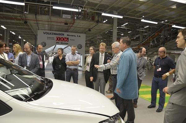 Los parlamentarios comprueban uno de los vehículos que se fabrican en la planta de Landaben (Foto: Parlamento de Navarra)