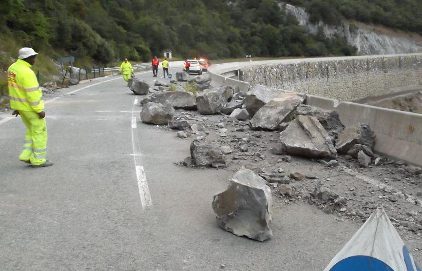 Imagen de las piedras caídas en la carretera Garralda-Nagore.