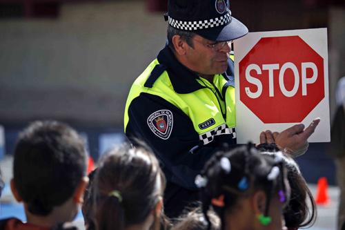 Un momento de una campaña de educación vial en un colegio de Pamplona (FOTO: Policia Municipal)