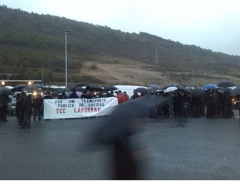 Una imagen de la concentración de este martes frente a las cocheras del TUC en Pamplona (FOTO y agradecimiento: @LABnafarroa)
