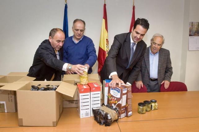 El consejero Alli, y el director del servicio de Consumo entregando al Banco de Alimentos, productos en buen estado procedentes de la Inspección de consumo