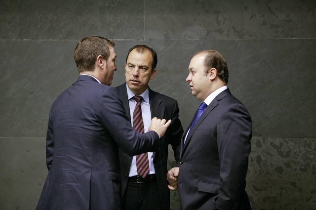 En el centro, Carlos García Adanero, portavoz de UPN, con Eloy Villanueva (PP) y Roberto Jiménez (PSN) , de espaldas