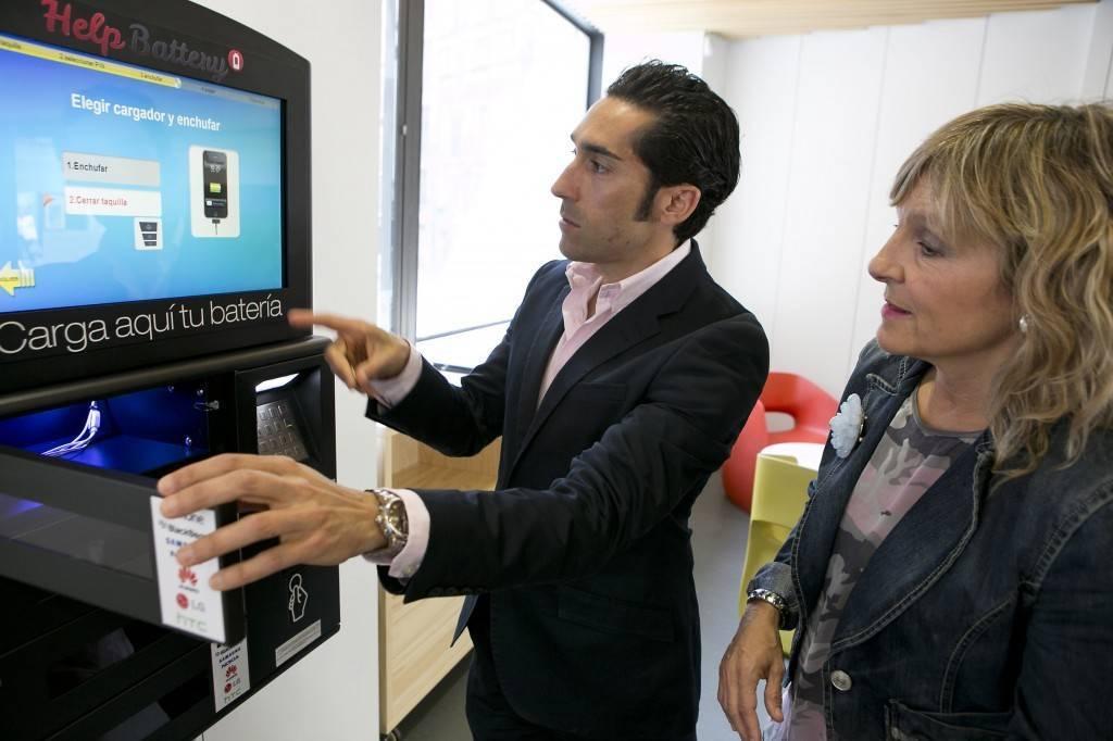 Pamplona instala una m quina de recarga para smartphones for Oficina turismo pamplona