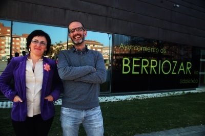 Bernal a la derecha, junto a su compañera en el Ayuntamiento de Berriozar