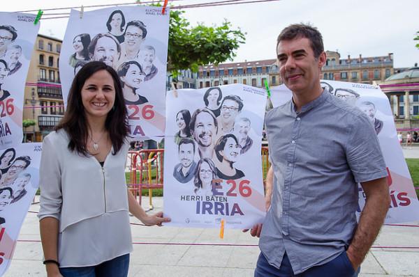 Ione Belarra y Eduardo Santos durante la pegada de carteles en la Plaza del Castillo