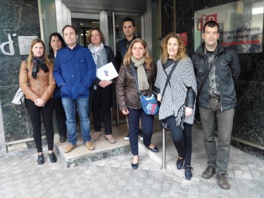 Los representantes de los trabajadores de la concertada, junto a la oficina de Defensor del Pueblo