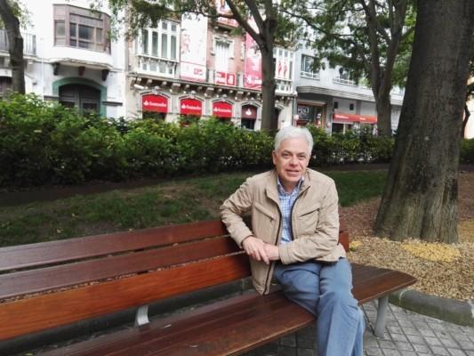 Jesús Mari Fernández posa en un banco tras la entrevista con Pamplona Actual