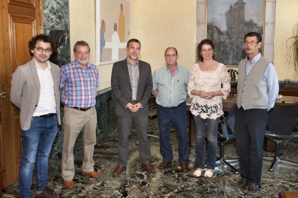 El vicepresidente Miguel Laparra, Inés Fráncés y Txema Mauleón junto a los representantes de la Federación
