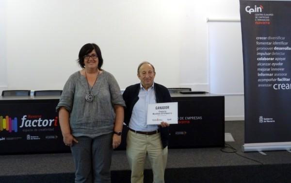 La consejera delegada de CEIN, Pilar Irigoien, con Fernando Irujo, ganador del concurso