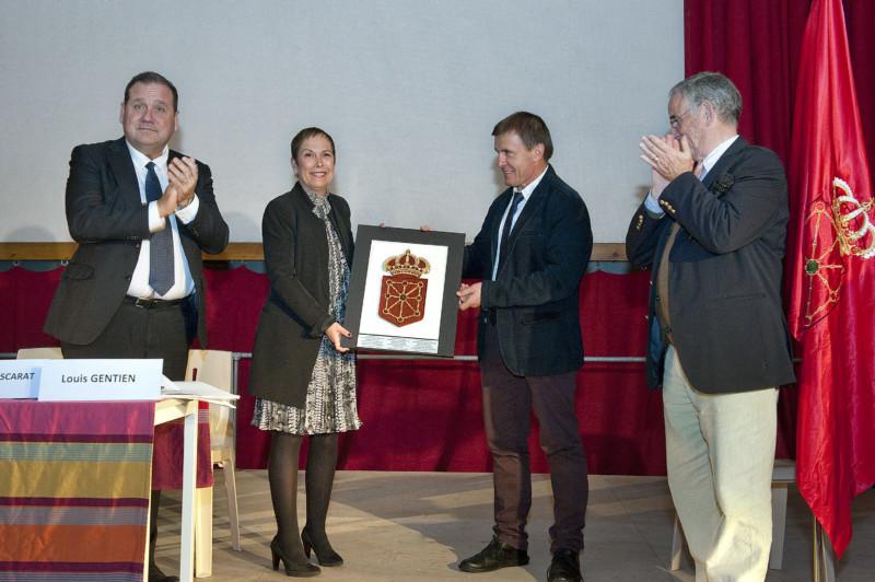 La Presidenta Barkos entrega un escudo de Navarra a JM Coscarat en presencia de M. Brisson (I) y de L. Gentien (D)