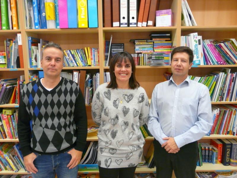 Foto, de izquierda a derecha: Javier Salinas , Anabel Ávila y Manuel Tiago, en representación de la Federación de Apymas British-PAI de Navarra.