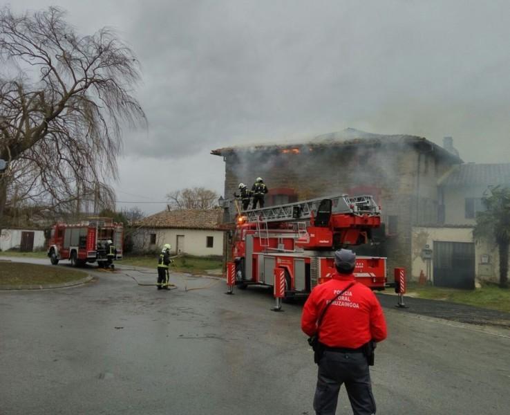 Incendio sin heridos de una casa en aizo in for Tejado madera hundido