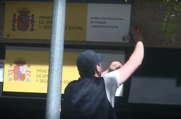 Retiran las placas del gobierno de espa a de las oficinas for Oficina seguridad social madrid