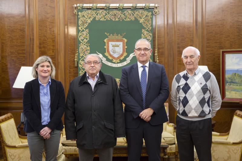 El alcalde de Pamplona se reúne con la dirección de la Unión de Auroros de Santa María - - Pamplona actual